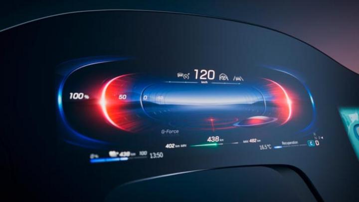 Mit dem MBUX Hyperscreen steht im neuen EQS ein Assistent für Fahrer und Beifahrer bereit, der dank künstlicher Intelligenz ständig dazu lernt.