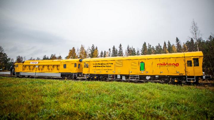 Das neue batteriebetriebene Mehrzweckfahrzeug für die Instandhaltung von Schienen kann vier bis sechs Stunden arbeiten, bevor es wieder aufgeladen werden muss.