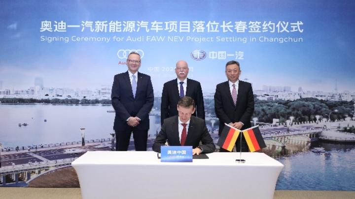Stephan Wöllenstein (CEO Volkswagen Group China), Dr. Clemens von Goetze (Deutscher Botschafter China), Dr. Liu Yunfeng (Executive Vice President Volkswagen Group China), Werner Eichhorn (Präsident Audi China)