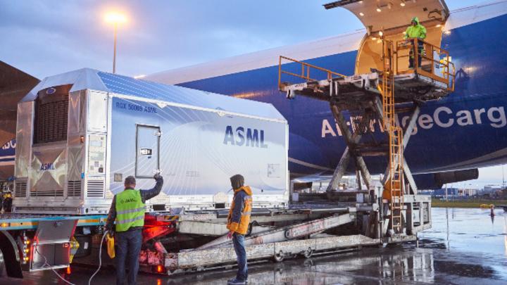 Ein Lithografiesystem von ASML wird am Flughafen Schiphol in einem Jumbojet (Boing 747) verstaut, um an einen Kunden geliefert zu werden.