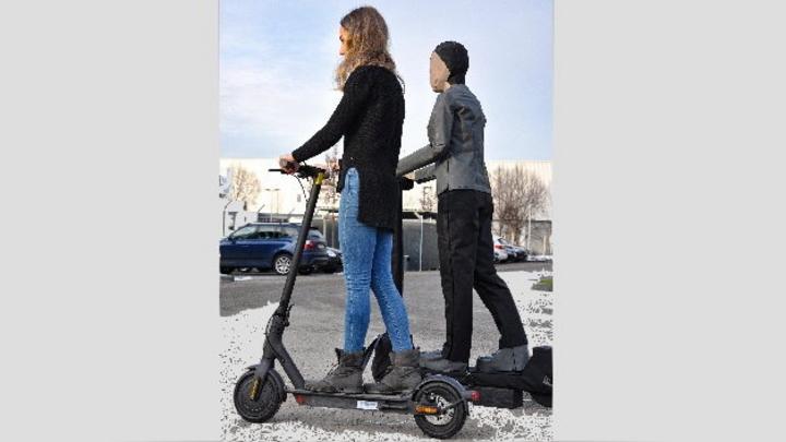 Der Astera E-Scooter von Messring stellt Verkehrsteilnehmer auf einem E-Scooter nach