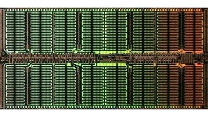 Das Die eines DRAMs, der im neuen 1α-Prozess von Micron gefertigt wurde.