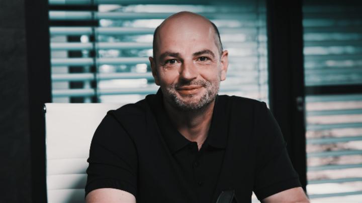 Thosten Chmielus, CEO von Aaronia: »Wir überwachen mit der AARTOS-Generation 6 sämtliche Frequenzen und zwar mehrere hundert Mal pro Sekunde. Deshalb finden wir wirklich alle Drohnen.«