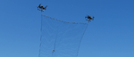 Zwei Drohnen spannen das Netz auf, um damit feindliche Drohnen einzufangen.