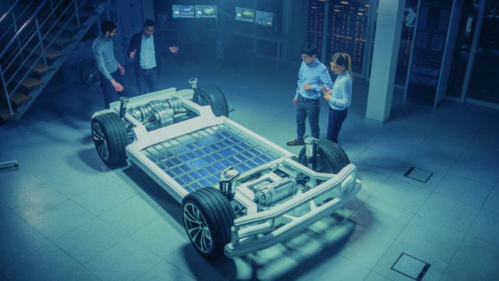 Team der Automobil-Ingenieure, die an der Plattform für elektrische Fahrzeuggehäuse arbeiten, Maßnahmen ergreifen, mit 3D CAD-Software arbeiten, Effizienz analysieren. Fahrzeugrahmen mit Rädern, Motor und Akku.