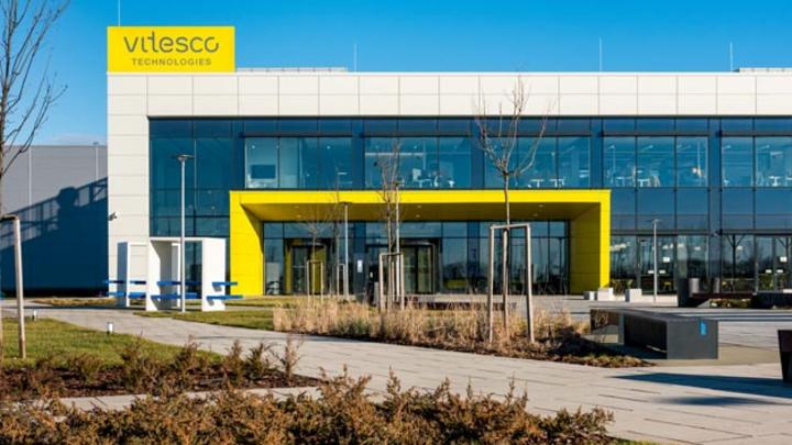 In seinem neuen Werk in Debrecen produziert Vitesco Technologies u.a. Getriebe-Sensorik für alle Antriebsarten – vom Stromer über Plug-In-Hybride bis hin zu elektrifizierten Verbrennern.