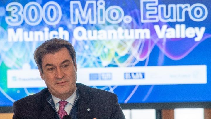 """Bayerns Ministerpräsident Markus Söder bei der Unterzeichnung eines """"Memorandum of Understanding"""" zur Gründung der Forschungsinitiative """"Munich Quantum Valley"""""""