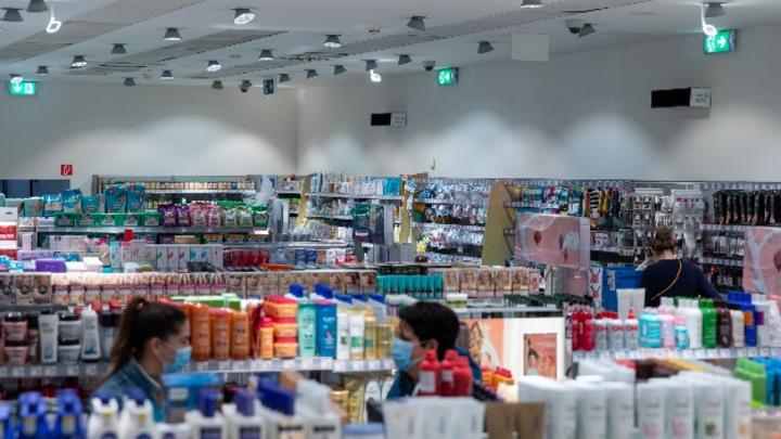 Die Luft im oberen Bereich des Verkaufsraums wird durch UV-C-Bestrahlung und den natürlich zirkulierenden Luftstrom kontinuierlich desinfiziert