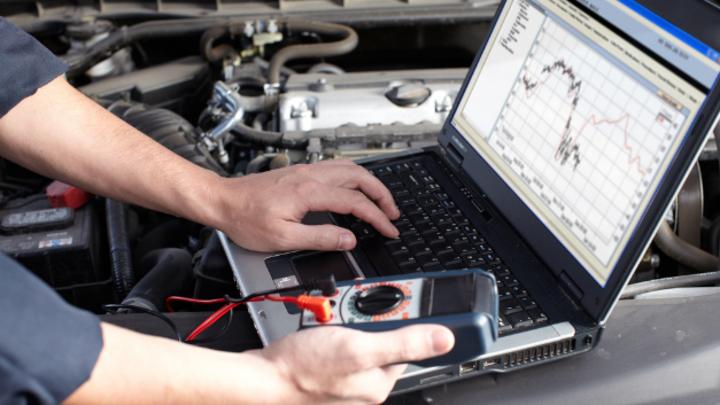 Bei der Kfz-Reparatur muss auf zahlreiche Daten zugegriffen werden.