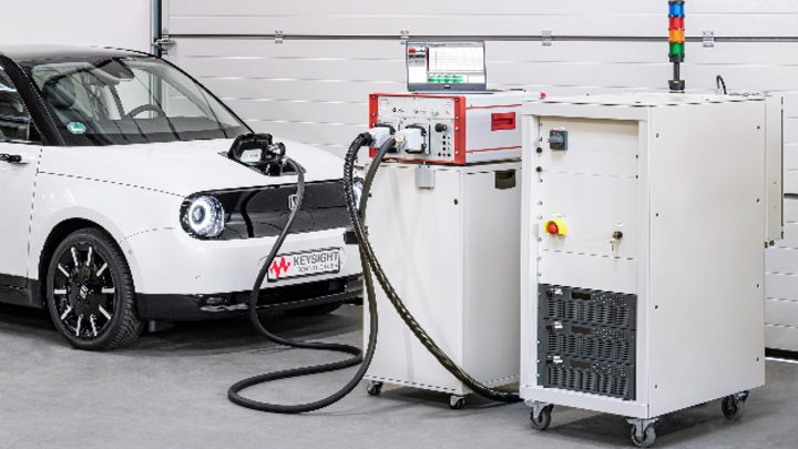 Der Scienlab Regenerative AC Emulator SL1202A von Keysight (rechts) mit dem Scienlab Charging Discovery System SL1040A (Mitte) beim Testen des Onboard-Ladegeräts eines Elektrofahrzeugs.