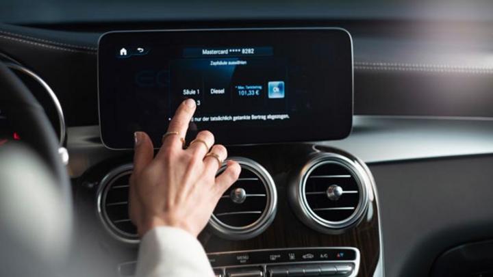 In Deutschland ist der neue Mercedes-Me-Dienst Fuel & Pay für digitales Bezahlen an der Zapfsäule an den Start gegangen.