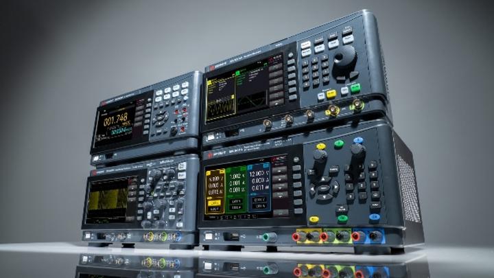 Oszilloskop, Signalgenerator, DMM und Labornetzgerät aus der Serie »Smart Bench« von Keysight.