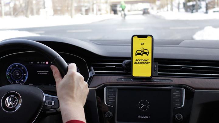 Die App Carefuldrive zeigt mögliche Gefahrenstellen im Straßenverkehr an.