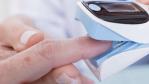 Handelsübliches Pulsoximeter im Einsatz