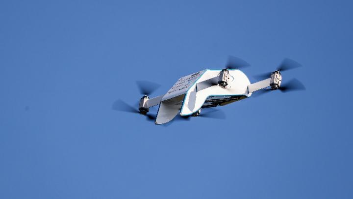 Eine Drohne für den Transport von Medikamenten fliegt über den Weinbergcampus. Am gleichen Tag wurde an der Universität in Halle ein Projekt zur Verteilung von Medikamenten via Drohne gestartet