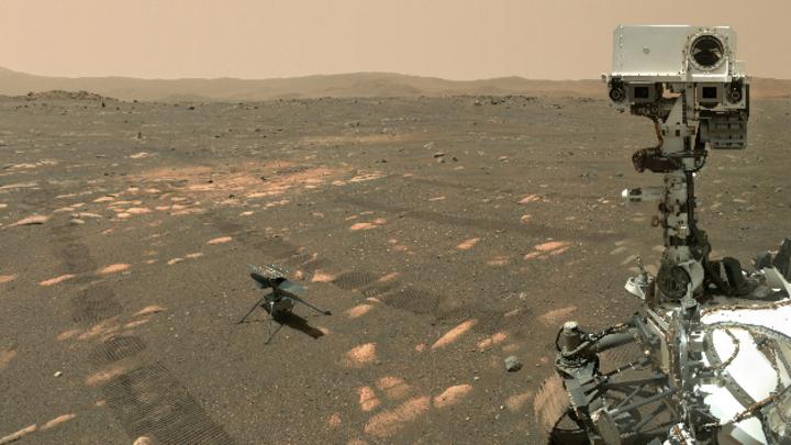 Das Bild der US-Raumfahrtbehörde Nasa zeigt den US-Rover »Perseverance« (rechts neben dem Mini-Hubschrauber »Ingenuity« auf dem Mars. Das Bild hat der Nasa-Rover geschossen.