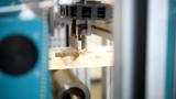 Elektronische Komponenten werden im Rolle-zu-Rolle-Verfahren auf Papier gedruckt.