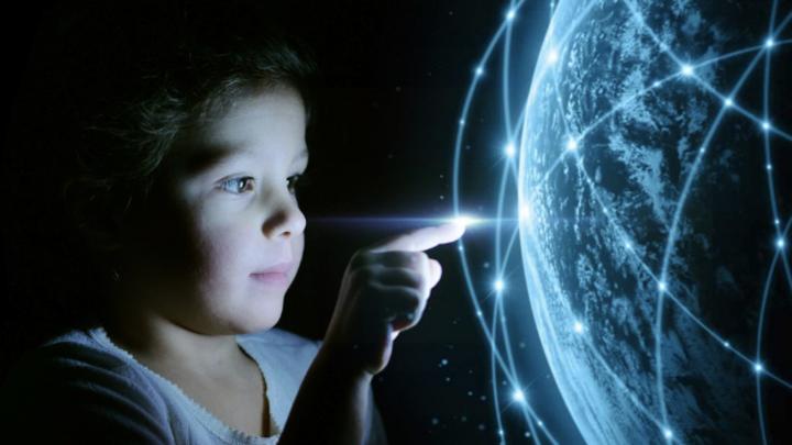 Kleines Mädchen berührt eine virtuelle Welt mit Multimedia-Verbindungen. Zukunftskonzept und Kommunikation mit der digitalen Welt.
