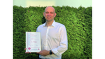 Tobias Hübner, Executive Director Sales Central Europe, Maxim Integrated, mit Urkunde zum 3. Preis der Elektronik Leserwahl Produkte des Jahres 2021, Kategorie Halbleiter & IP.