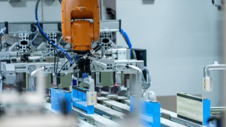Produktion von Batteriemodulen für Hochvoltbatterien im BMW-Group-Werk Leipzig