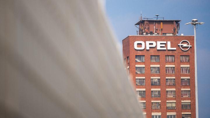 Der historische Opel-Turm am Standort Rüsselsheim.