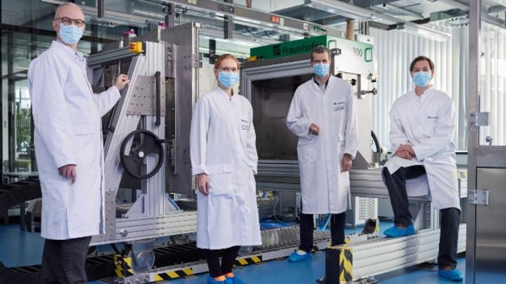 Für ein effizienteres, schnelleres und umweltfreundlicheres Herstellungsverfahren von Vakzinen erhalten sie den Joseph-von-Fraunhofer-Preis: Dr. Sebastian Ulbert, Dr. Jasmin Fertey, Frank-Holm Rögner und Martin Thoma (v.l.n.r.)