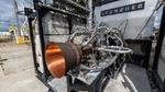 Das additiv gefertigte Raketentriebwerk auf dem Teststand.