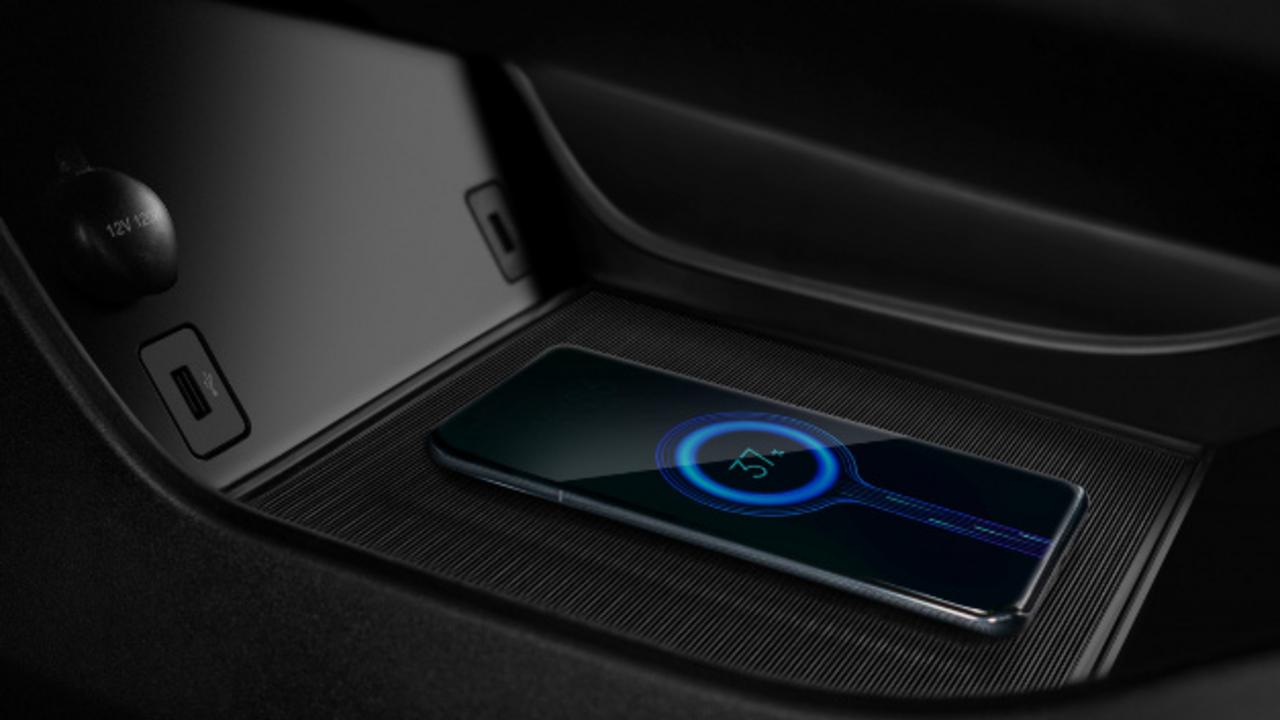 Der Elaris BEO bietet die Möglichkeit zum induktiven Laden von Mobiltelefonen.