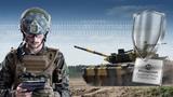 Soldat mit Tablet-PC vor Panzer