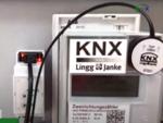 Der optische Kopf liest die Daten des Zählers aus und überträgt sie auf den KNX-Bus, wie die rot leuchtende LED links oben anzeigt.