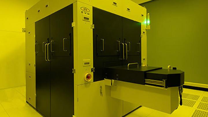 Detailansicht eines 300 mm Masterstempels für Wafer-Level Optics, erstellt auf einem »EVG770 NT« Step-and-Repeat-NIL-System, ein vollständig produktionsorientiertes System, das die Leistung, Produktivität und Prozesskontrolle maximiert.