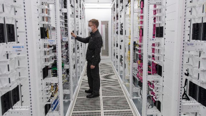 Ein Techniker arbeitet an den Servern im ersten 5G Standalone-Standort von Vodafone in Frankfurt. In seinen 5G-Rechenzentrem setzt Vodafone auf Technik von Ericsson.