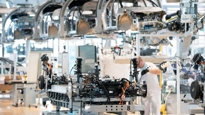 Die Verdopplung der Rohstoffkosten und fehlende Chips werden die Erholung der Autoindustrie nach einer Studie der Unternehmensberatung AlixPartners noch auf Jahre bremsen.