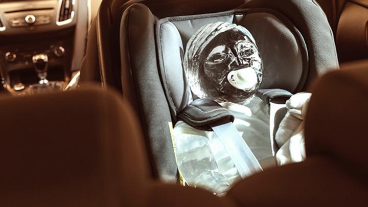 Ford ließ von einem Eisbildhauer ein Eisbaby und einen Eishund anfertigen.