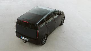 Seit kurzem verfügt der Sion über eine neue, größere Batterie: Mit ihrer Kapazität von 54 kWh erweitert sie die bisherige Reichweite von 255 km auf bis zu 305 km.