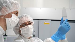 In der LIDE-Fab von LPKF wird Dünnglas für Anwendungen in der Heterogenen integration, im Wafer Level Packaging, in der Mikrofluidik oder für die Displayproduktion bearbeitet und Qualitätsprüfungen unterzogen.