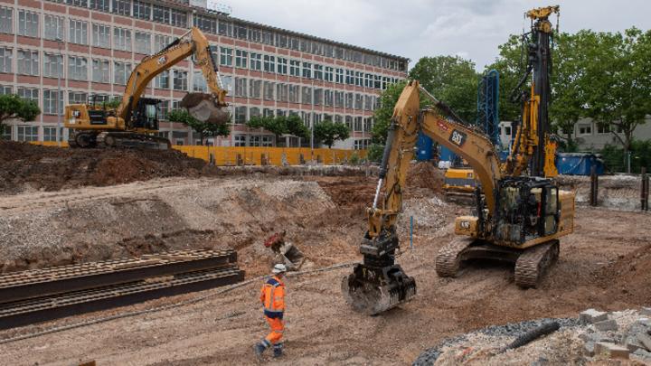 Mit Baggern wird eine Fläche im Frankfurter Stadtteil Gallus für den Bau von Wohnungen vorbereitet, die nach ihrer Fertigstellung mit der Abwärme eines benachbarten Rechenzentrums beheizt werden.