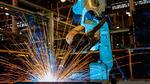 Ein Roboter schweißt ein Bauteil in einer Fabrik