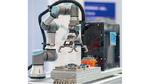 Der Arm eines Montageroboters in Betrieb in einer Fabrik