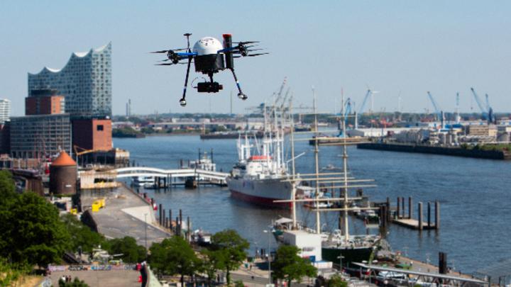 Eine Drohne über dem Hamburger Hafen.