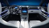 Der Touchscreen schwebt zwischen den zwei zentralen Turbinendüsen als digitaler Kontrast zu emotionalen Designelementen.