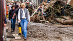 Überflutete Firmengelände und stillstehende Maschinen