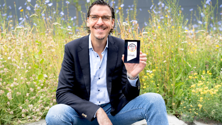 Alexander Hahn, CEO & Gründer Deutsche Lichtmiete AG mit dem Deutschen Award für Nachhaltigkeitsprojekte 2021.