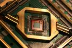 Ein Quantenchip, der das Herz des Quanten-Annealers von D-Wave bildet. Er arbeitet auf Basis von supraleitenden Qubits
