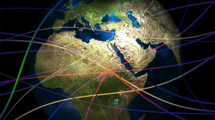 Blick auf Globus über Afrika mit bunten Linien.