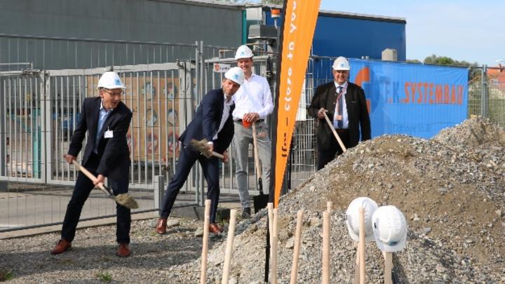 Spatenstich für das neue Logistikzentrum von ifm in Tettnang. Oberbürgermeister Bruno Walter zusammen mit den ifm-Vertretern Martin Buck, Dr. Dirk Kristes und Karl Milz (vlnr).