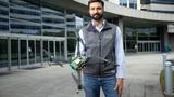 Dev Singh, General Manager für Roboter, Drohnen und intelligente Maschinen von Qualcomm Technologies, mit der neuen »Flight RB5«-5G-Drohnenplattform.