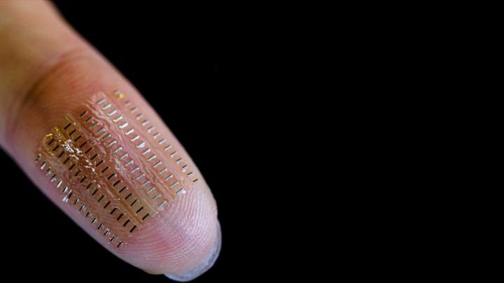 Eine Anordnung von 90 flexiblen und implantierbaren sogenannten Nano-Biosupercapacitors. Diese ermöglichen den autarken Betrieb von Mikrosensorik für den Einsatz unter anderem im Blut.