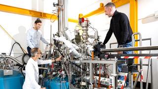Prof. Stefan Tautz (l.u.), Dr. Taner Esat (l.o.) und Prof. Ruslan Temirov (r.) am Jülicher »Quantenmikroskop«.