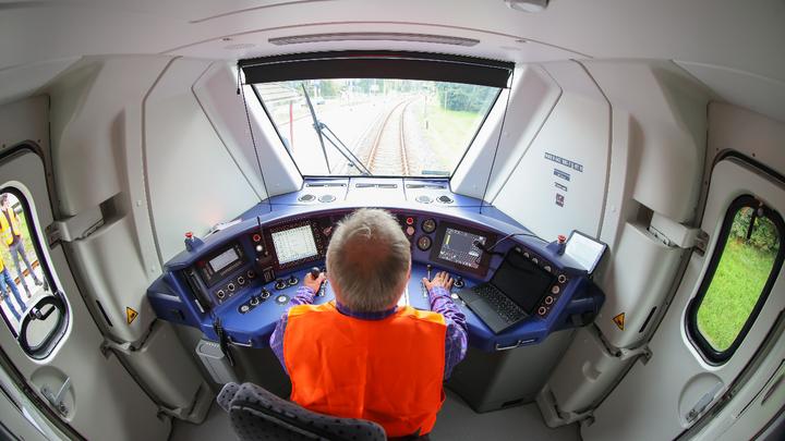 Der Personenzug »Talent 3« kann auf Bahnstrecken ohne Oberleitung seinen Strom aus Akkus beziehen, die bei Halten an Bahnhöfen per Stromabnehmer aufgeladen werden.